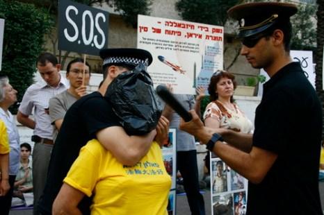 Демонстрация пытки, применяемой к практикующим Фалуньгун в Китае. Фото: Тиква Махабад/The Epoch Times