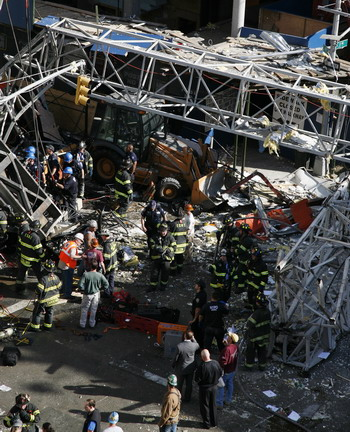 Пожарные Отдела пожарной охраны Нью-Йорка разбирают завалы и вытаскивают раненых. Фото: Anthony Behar/Getty Images
