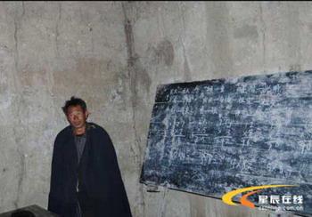 Сельский учитель Цзи Кама в школьном классе. Фото: Великая Эпоха