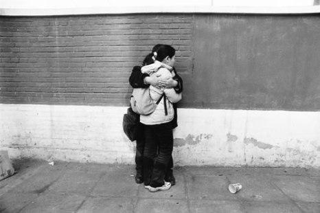 Пара возлюбленных студентов на улице Пекина. Фото: Великая Эпоха.
