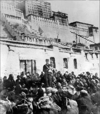 Это фотография была сделана 11 апреля 1959 — китайский офицер перед побежденными тибетцами после народного восстания перед дворцом Потала в Лхасе. Фото: STR /AFP /Getty Images