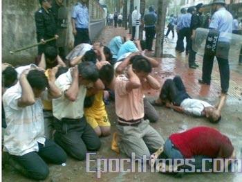 Полицейские жестоко подавили акцию протеста бывших китайских эмигрантов в посёлке Инхун   провинции Гуандун. 23 мая. Фото: The Epoch Times