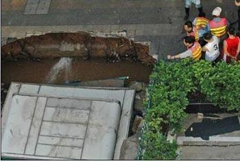 Провал на дороге в городе Шеньчжень. 17 апреля 2009 г. Фото с epochtimes.com
