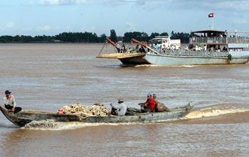 Паром пересекает реку у Пномпеня в Камбодже.  Фото:Tang Chhin Sothy/AFP/Getty Images