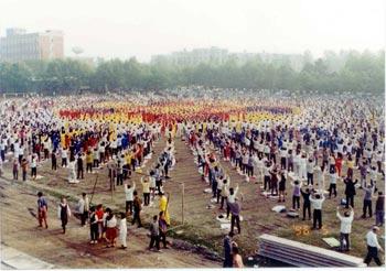 1 мая 1996 г. практикующие Фалуньгун собрались для коллективного выполнения упражнений. К середине 1990-х миллионы китайцев занимались этой практикой. Широко признанный в качестве эффективного средства для поддержания физического здоровья и уважаемый за внимание, которое он уделял морали, Фалуньгун стал популярным в большинстве районов Китая. Фото с faluninfo.ru