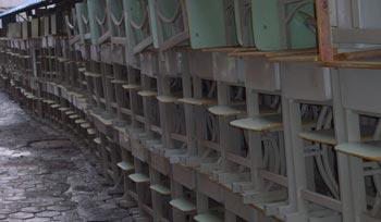 Отравленные стулья и парты экспериментальной школы города Цяохэ провинции Цзилинь. Фото: epochtimes.com