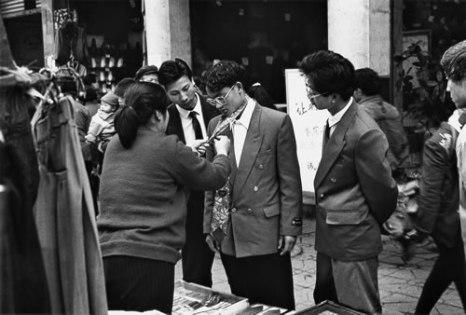 Молодой человек учится завязывать галстук. Провинция Сычуань. 1983 год. Фото: Yang Mo