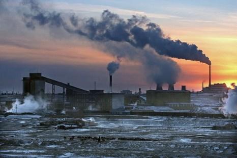 Когда солнце садиться за здание электростанции, пастух ведёт своё стадо домой. Внутренняя Монголия. Фото: Фото: Zhenda