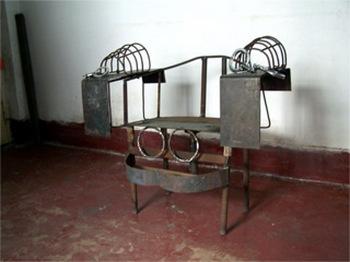 Железный стул, на котором в китайских тюрьмах и лагерях пытают заключённых. Фото: Великая Эпоха.