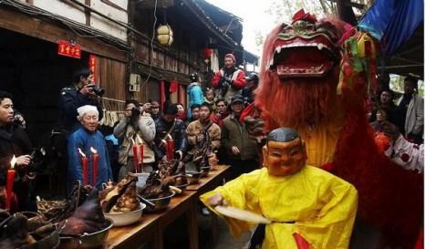 Новогодний обед на улицах посёлка Гучжунь. Фото: Великая Эпоха.