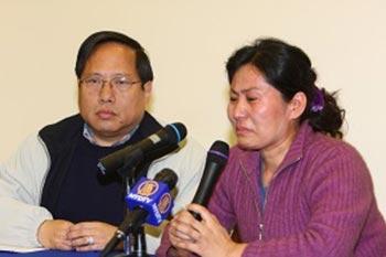 В тревоге о своем муже: Гэн Хэ (справа), супруга известного адвоката по правам человека Гао   Чжишена, 6 апреля в Нью-Йорке. Дай Бинь/The Epoch Times
