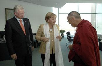 Далай Лама подарил бундесканцлерин Меркель тибетский катаг.Фото: Bergman/Bundesregierung via Getty Images