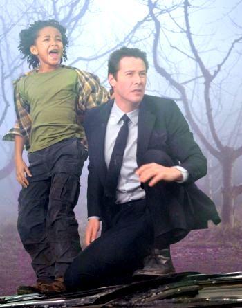 Джейкоб Бенсон (Джейдэн Смит) и Клаату (Киану Ривз) пытаются спасти мир от неизбежной глобальной катастрофы