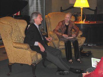 Беседа Нэньси Шиэ с Ричардом Стольтзманом в рамках программы «Музыка всех времён». Фото: Надежда Гаттас /Великая Эпоха