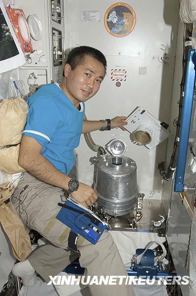 Японский космонавт показывает космический туалет.  Фото с NASA