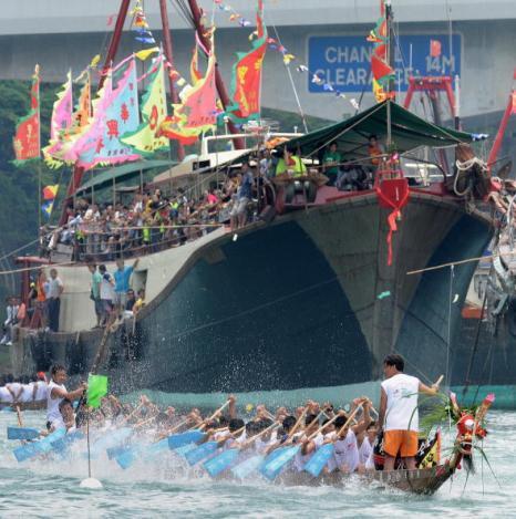 В Гонконге проводят соревнавания во время праздника - Лодка дракона. Фото: AFP