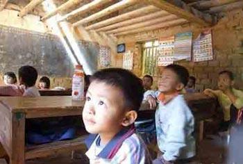 Сельские дети на уроке. Фото с сайта secretchina.com
