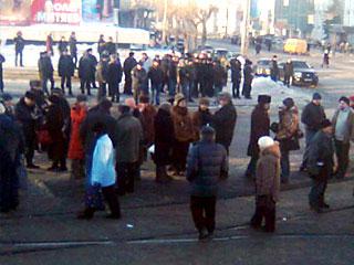 Акция пенсионеров, перекрывших на несколько часов движение транспорта в центре Екатеринбурга 21 февраля. Фото с newsru.com