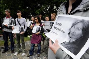 Демонстрация проведенная после убийства правозащитницы Натальи Эстемировой. Фото: DOMINIQUE FAGET/AFP/Getty Images