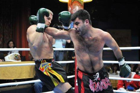 Фрагмент боя Эльвина Аббасова и Константина Глухова. Фото: fightclub21.ru