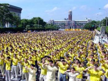 Протест мирным способом: 15 ноября 2003 года почти 10 тысяч практикующих Фалуньгун собрались перед дворцом президента в Тайване, чтобы призвать к прекращению преследований и привлечению к суду Цзян Цеминя