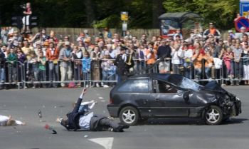 Автомобиль врезался в толпу зрителей, ожидающую прибытия королевского семейства в Апелдорне в День Королевы. Фото: Robin Utrecht/AFP/Getty Images