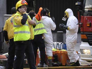 Испанская служба спасения в здании посольства США в Мадриде. Фото: Pierre-Philippe Marcou /AFP /Getty Images
