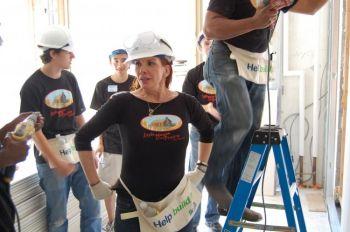 Звезда мюзикла «Маленький домик в прерии» Мелисса Гилберт и ее коллеги работают в строящемся доме в Бронксе для семьи, которой такое жилье по средствам. Фото: Дор Ливинтер /Великая Эпоха
