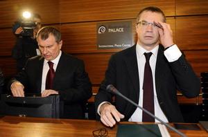 В церемонии подписания новой редакции газового договора участвовали курирующий российский ТЭК вице-премьер Игорь Сечин и замглавы «Газпрома» Александр Медведев, которые срочно выехали для этого в Брюссель. Фото: JOHN THYS/AFP/Getty Images