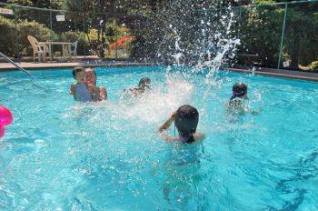 Из-за небывалой жары жители Западного побережья теперь   купаются больше чем когда-либо. Фото: Фани Цю/Великая Эпоха