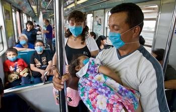 Люди носят маски. Фото: Ronaldo Schemidt/AFP/Getty Images