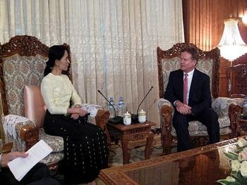 Сенатор США встречается с демократическим лидером Мьямны. Фото: AFP