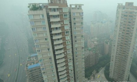 Город центрального подчинения Чунцин. Густой туман окутал десять китайских провинций. Фото с epochtimes.com