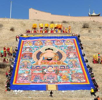 Тибет.Самое большое изображение основателя Буддизма на шёлке Фото:FREDERIC J. BROWN/AFP/Getty Images)