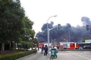 В шанхайском аэропорту тушат загоревшийся самолёт и склад. 27 ноября 2009 год. Фото с epochtimes.com