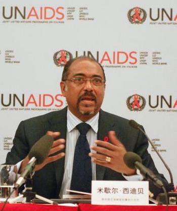 Исполнительный директор ЮНЭЙДС Мишель Сидибе на пресс-конференции в Пекине 27 ноября отметил, что в группе риска заболеть СПИДом в Китае находится более 50 млн человек. Фото: WANG ZHAO/AFP/Getty Images