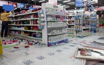 В супермаркете посёлка Цаодун от толчков со стеллажей попадала часть товара. Тайвань. 5 ноября 2009 год. Фото: ЦАН
