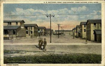Осенью 1918 года до 100 солдат гибли каждый день в лагере Девенс, штат Массачусетс. Фото: Cardcow.com