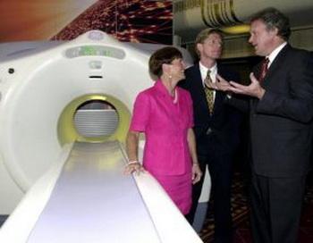 Позитронно-эмисионный томограф. После сканирования пациенты получают радиоактивный заряд и в течение некоторого времени должны избегать контактов с другими людьми. Фото: Henny Ray Abrams/AFP/Getty Images