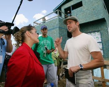 НОВЫЙ ОРЛЕАН - 21 августа: Брэд Питт (справа) и член исполнительного совета фонда Синтия Уиллард-Льюис (слева) посещают пресс-конференцию по поводу постройки первого дома-поплавка в Новом Орлеане, Штат Луизиана. Фото: Mark Mainz/Getty Images