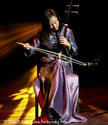 Ци Сяочунь, исполнительница на эрху, говорит, что древняя китайская культура и китайская музыка, как часть этой культуры, поддерживала гармонию между Небом и Землёй, уважение к жизни, человеку и природе. Фото: Великая Эпоха (The Epoch Times)