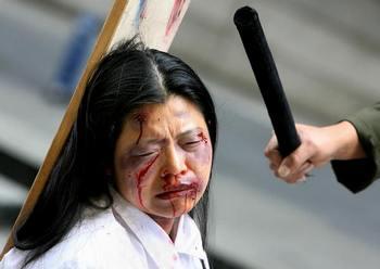 Рай и ад. Демонстрация пыток. Инсценировка проводилась в Австралии в апреле 2006 года. Фото: GREG WOOD/AFP/Getty Images)
