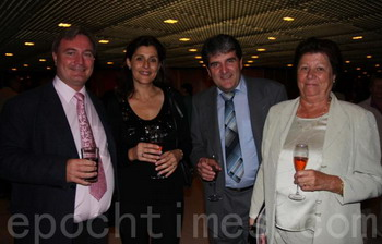 Господин Шелли, адвокат, и его жена с друзьями. Фото:  Великая Эпоха