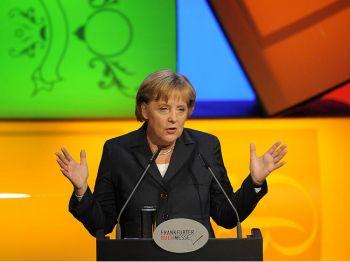 Канцлер Германии Ангела Меркель обращается к гостям во время церемонии открытия 61-й книжной ярмарки во Франкфурте 13 октября 2009 года. Фото: Torsten Silz /AFP /Getty Images