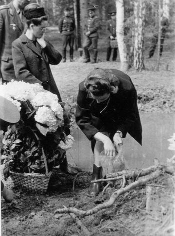 В. И. Гагарина на месте гибели мужа. Фото Е.И. Рябчикова