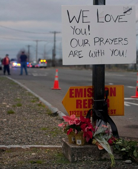 На месте убийства четырёх полицейских возложены цветы, где четыре Лейквудских полицейских были убиты 29 ноября 2009 около Лейквуда, Вашингтона. Фото: Stephen Brashear/Getty Images