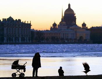 Сегодня Гринпис стало известно о том, что дело о серьезном загрязнении Невы нефтепродуктами в августе закрыто, а к ответственности никто не привлечен.Фото  SERGEY KULIKOV/AFP/Getty Images