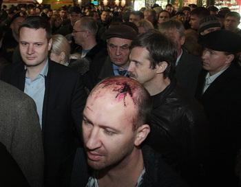 Пассажиры поезда, который сошел с рельсов поздно 27 ноября 2009 г. вечером в Новгородской области России,  это  между Москвой и Санкт-Петербургом. Фото: ROSTISLAV KOSHELEV/AFP/Getty Images