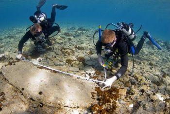 Археологи осматривают руины Павлопетри. Фото любезно предоставлено университетом Ноттингема, Великобритания