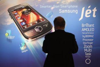 Посетитель останавливается у плаката Смартфон Samsungs на стенде Samsung в день открытия торговой ярмарки IFA Technology Fair. 4 сентября 2009 года, Берлин, Германия. Фото: Шон Галуп /Getty Images